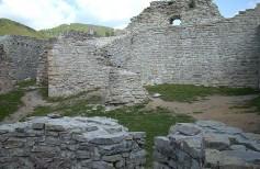 Medvedgrad - ostaci sjeverne kule i gospodarskih zgrada